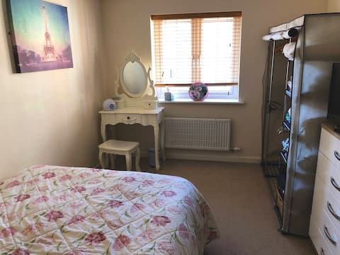 Cosy flat close to shops and railway.