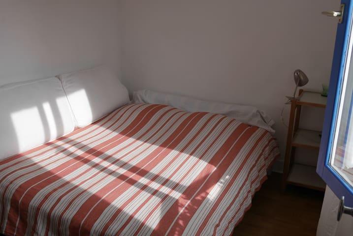 Lit double dans la chambre/Tweepersoonsbed in aparte slaapkamer/Double bed in bedroom