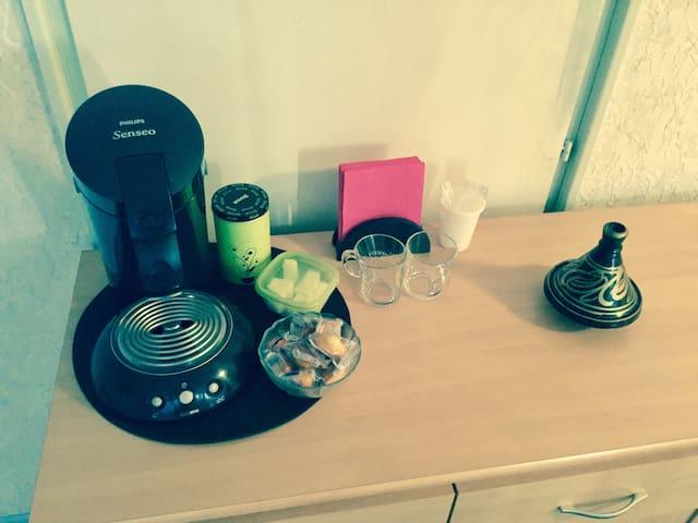 Café à disposition et petites madeleines