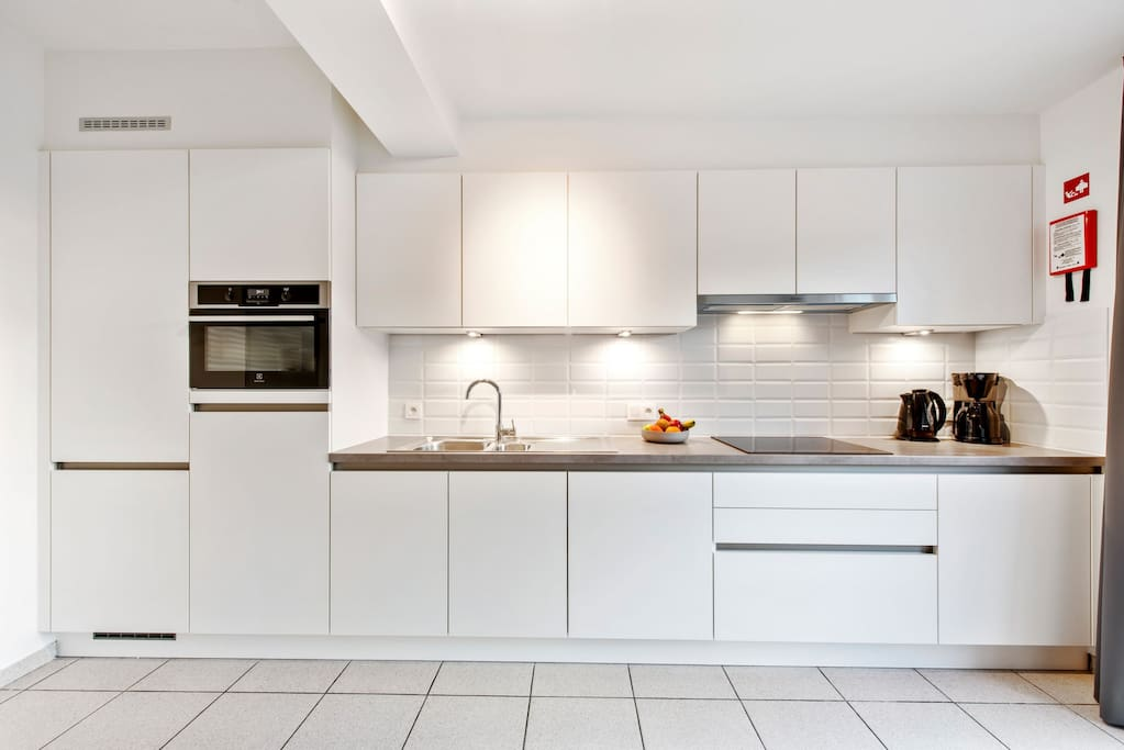 Fully equipped kitchen with dishwasher, 2 fridges, freezer, microwave/oven, coffee machine, ...