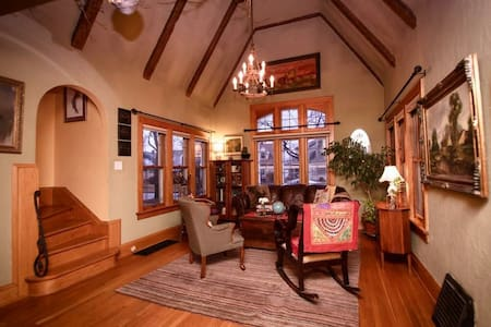 Charming English Tudor near airport - Milwaukee - House