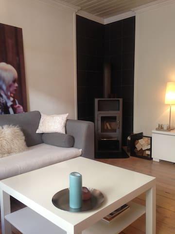 Stue med peisovn som gir god varme.