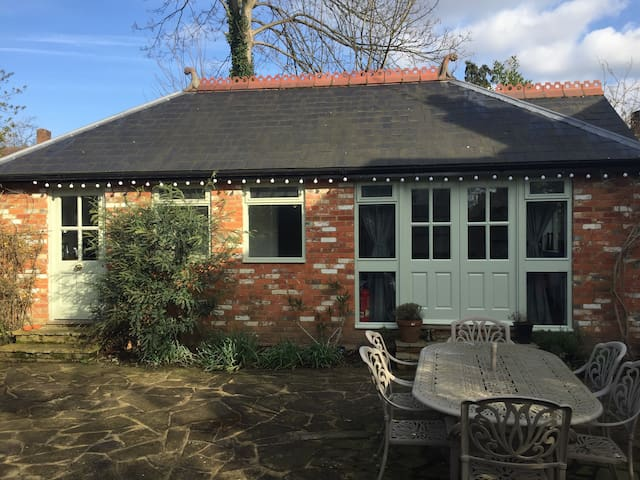 The Old Cow Barn guest lodge 1BD - Addlestone