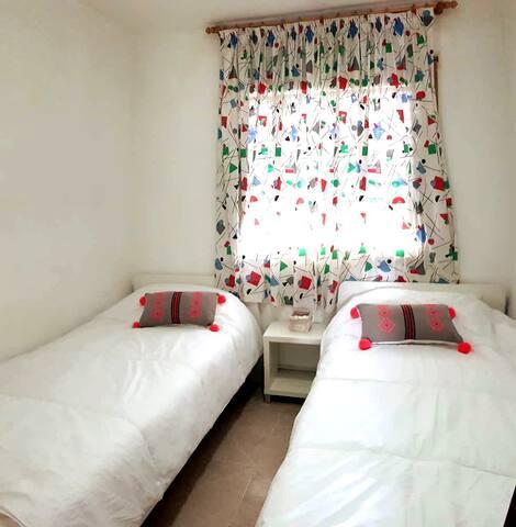 Chambre avec 2 lits simples adultes (dimensions: 90*200 cm)