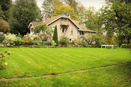 Renewal and Restoration at this Heritage Home. - Deroche - Bed & Breakfast