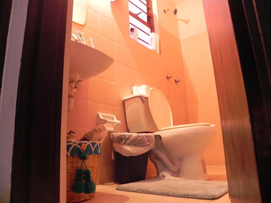 Baño compartido. Incluye shampoo, jabón y toalla.