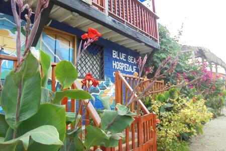 Blue Sea hostel, cama doble vista al mar
