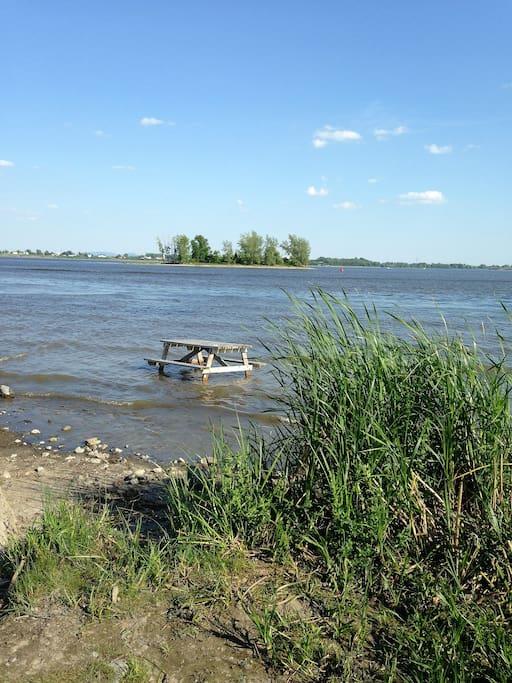 Accès au fleuve tout juste en face, à 300pieds environ; bienvenue aux pêcheurs!