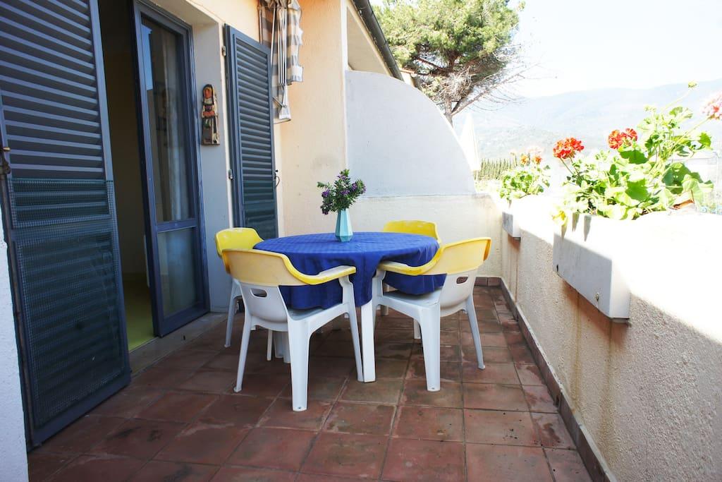 Ampia terrazza attrezzata con tavolo sedie e sdrai
