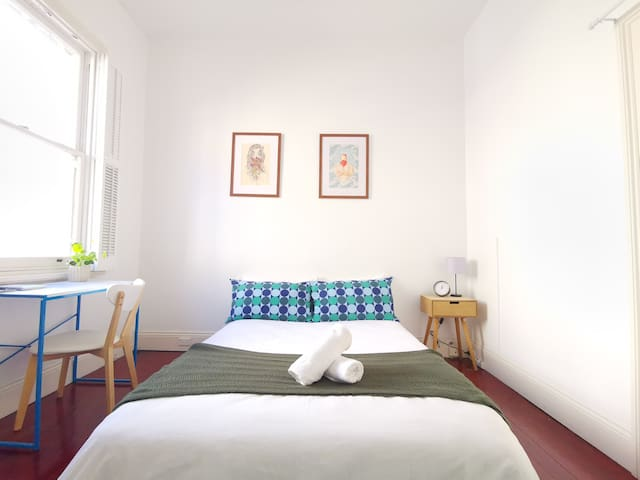 Large Quiet Bedroom*650metres from Museum Station