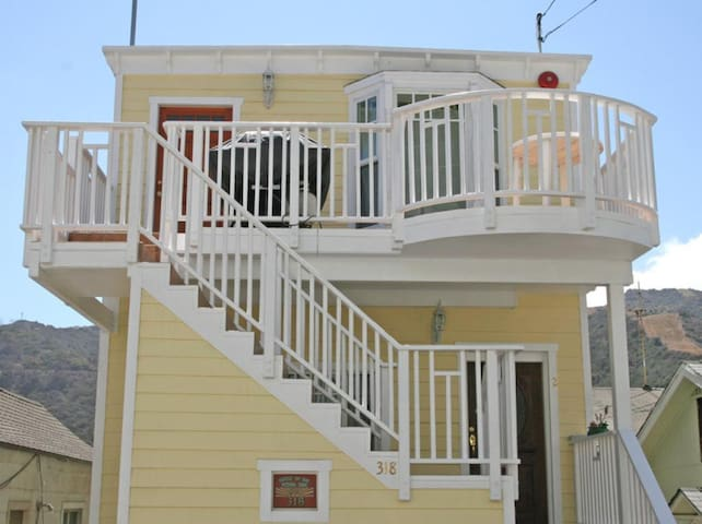 Light and Airy Home, Ocean/Hill Views, WIFI, Front Deck, BBQ - 318 Metropole #3