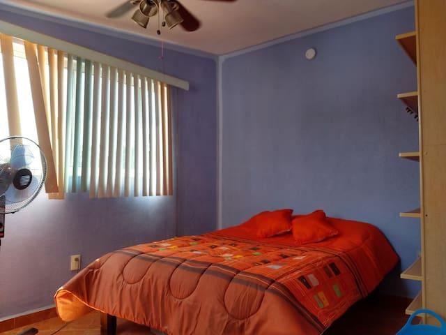 Recamara con dos camas individuales y aire acondicionado.
