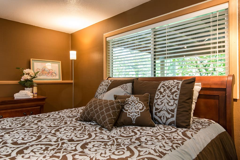 Firm, fabulously comfortable queen bed, view of gardens