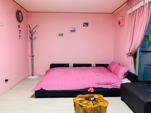 큰방이며 성인 3명 가능한 침대입니다.