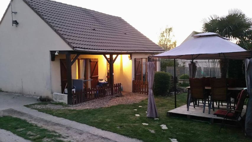 Joli petit pavillon et grand jardin - Bazemont - Talo
