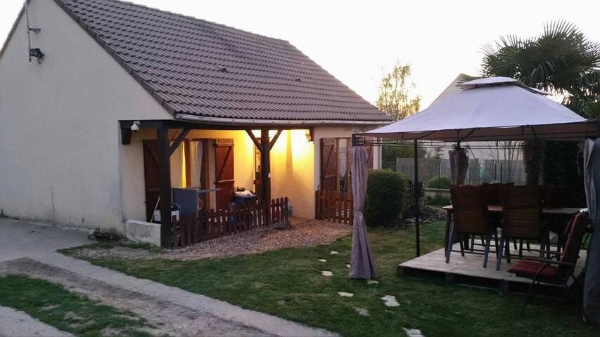 Joli petit pavillon et grand jardin - Bazemont - House