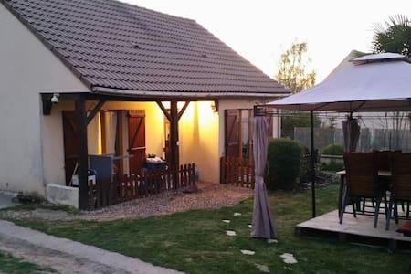 Joli petit pavillon et grand jardin - Bazemont