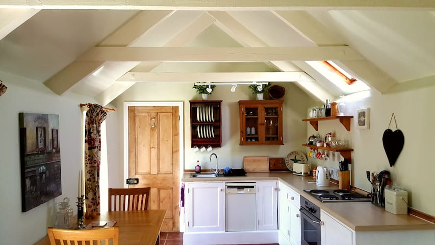 Daisy Cottage - Relax in a gorgeous stone cottage.