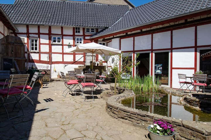 Altenahr / Berg, Bauernhaus im Wandergebiet, 18.Jh