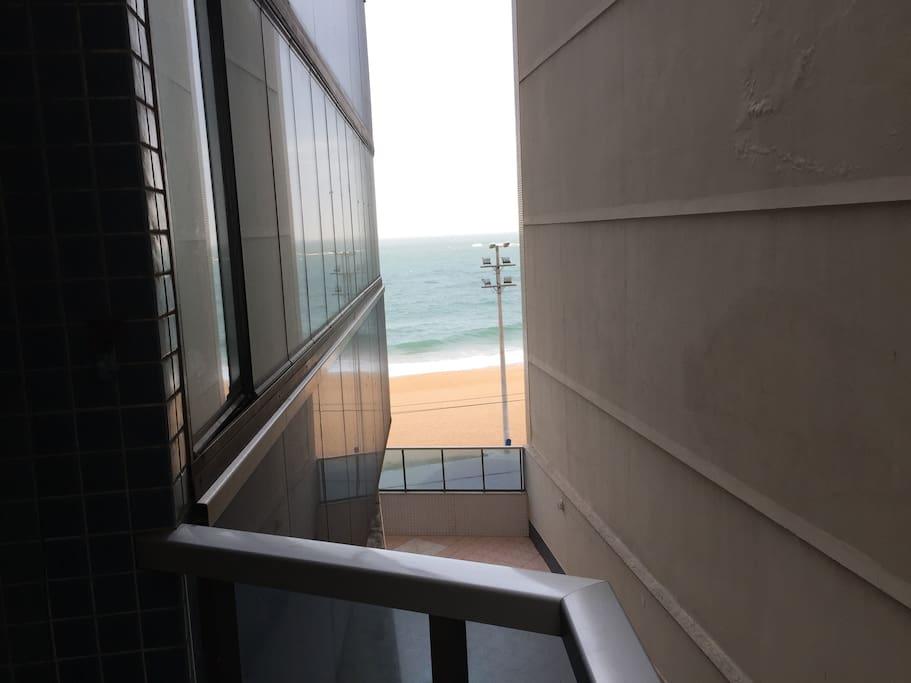 Vista lateral para o mar da varanda