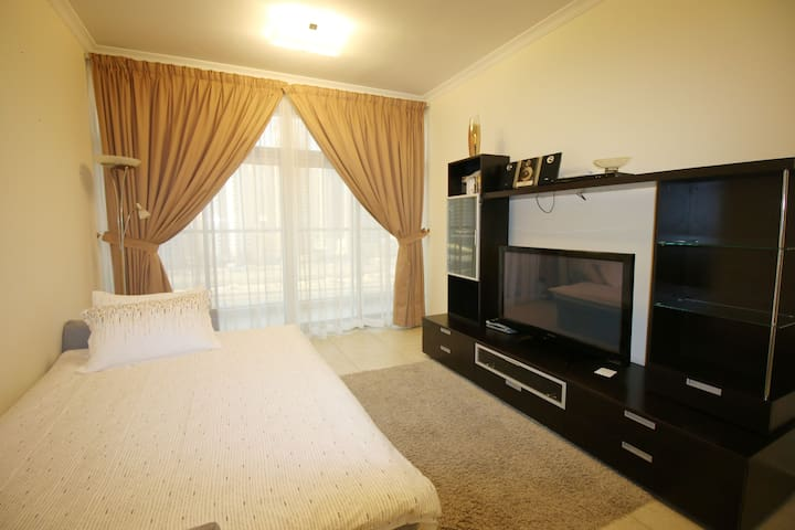 Comfortable 1 bedroom with pool next to JLT metro. - Dubai - Wohnung
