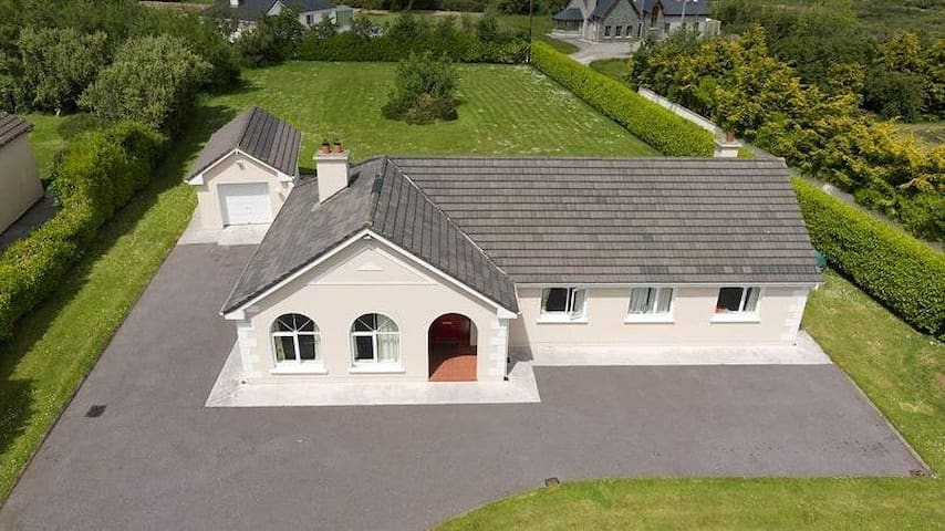 Mountain view holiday house near beautiful beaches - Kerry