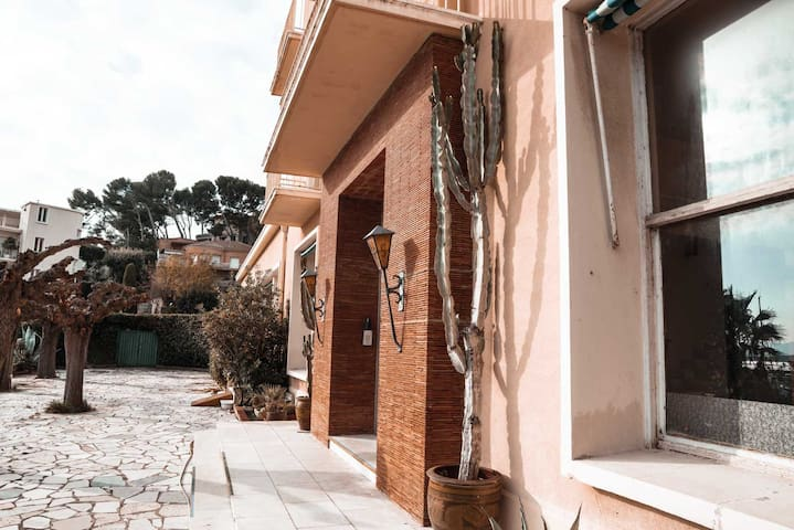 for 2 or 4 peoples, lovely studio on the port of bandol