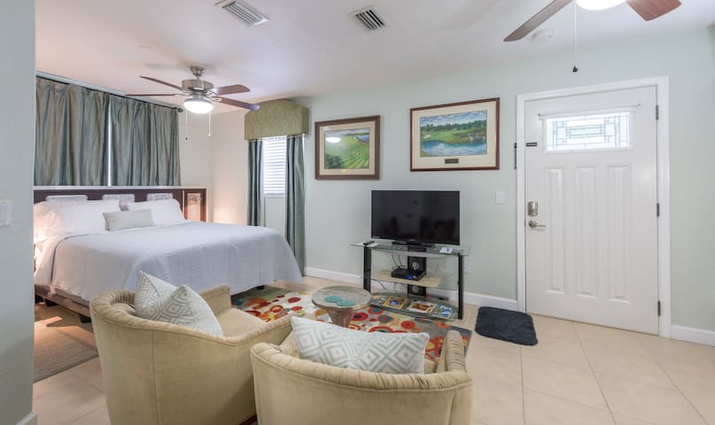 Modern and Relaxing Suite near UCF