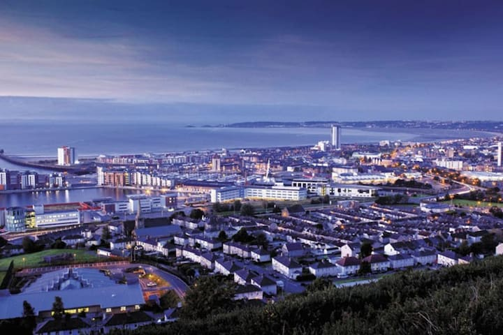 13th floor Meridian Tower Apartment, AMAZING views - Swansea - Wohnung