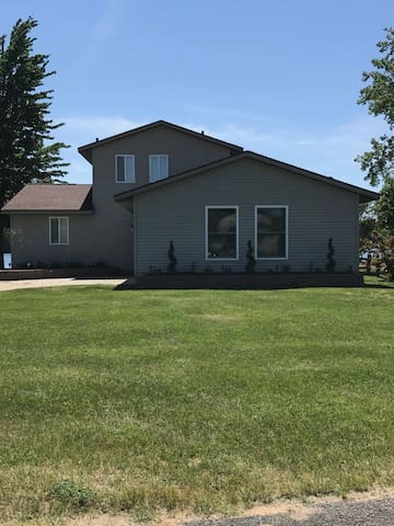 L32 - Beautiful renovated 3 bedroom/2 bath lake home