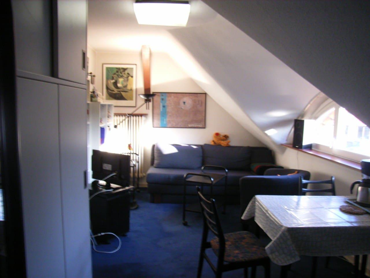 Zimmer mit Schlafsofa unterm Dach in Einfamilienhaus