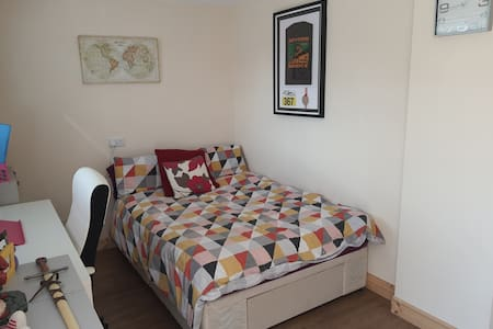 Private guest room in Calne