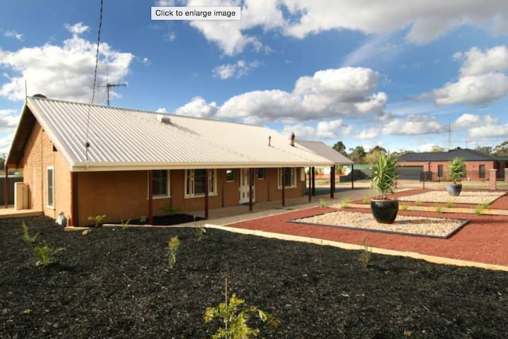 Charming 2BD mud brick home. - White Hills - 一軒家