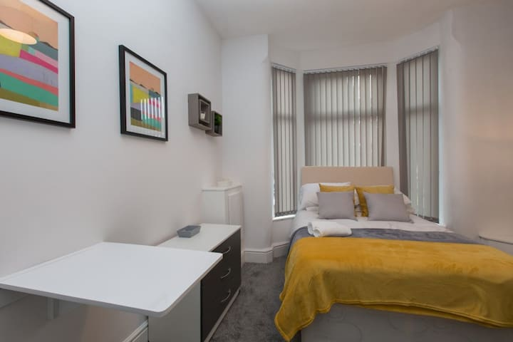 Townhouse@Ruskin Road Crewe - Ensuite Double Bed 1