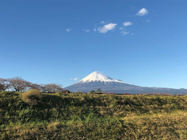 2F 宿泊室の窓から見た富士山 Mt. Fuji looks beautiful from the window in guest room 三月份晴天的时候从客房看到的富士山
