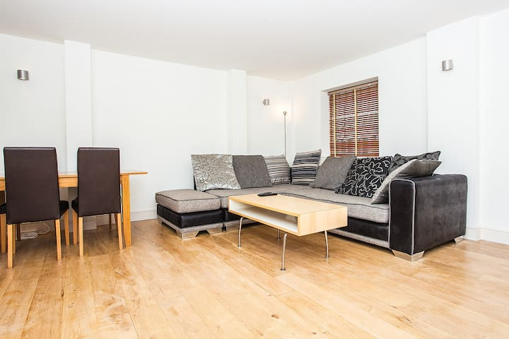 Amazing Spacious 1BD 15 mins to Central London