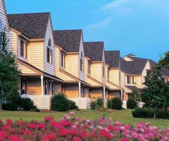 Historic Powhatan Resort: 2-Bedrooms, Sleeps 6 - Williamsburg - Adosado