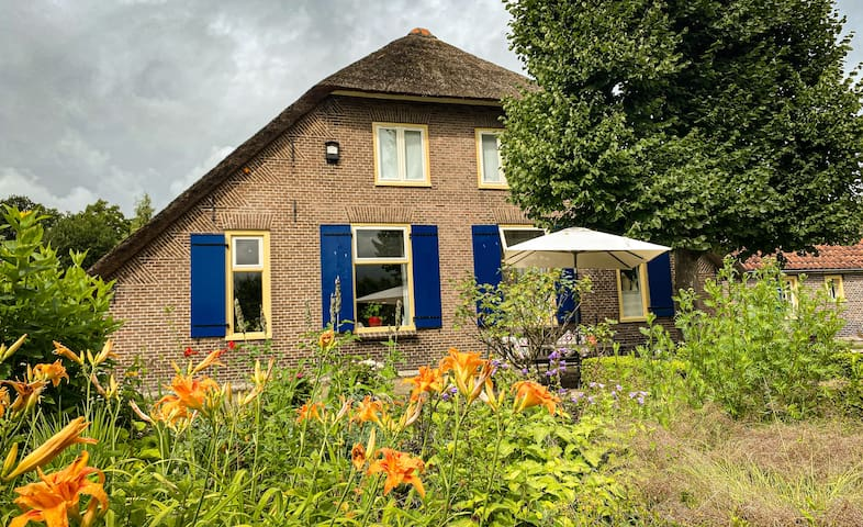 Voorhuis van monumentale boerderij MiddelMoorst