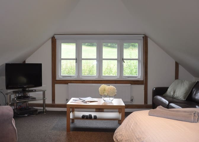 Oak barn 1st floor studio bedroom with ensuite - Bramley