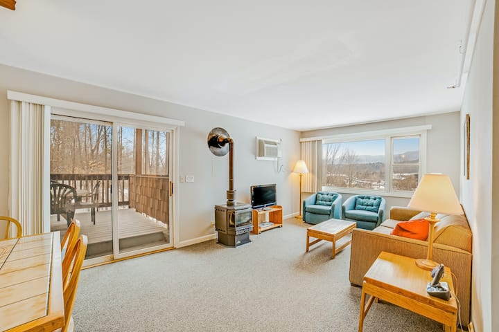 Stylish mountain condo with shared hot tub & pool access and a full kitchen!