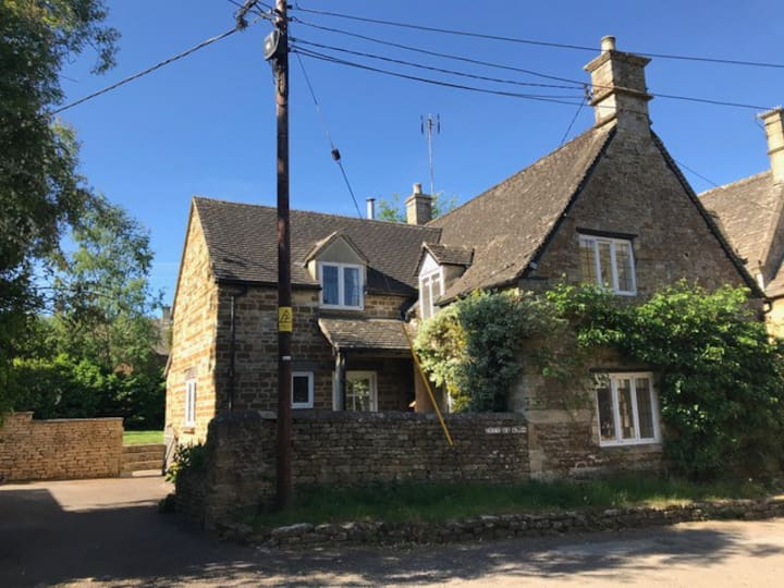 Cosy Cotswold Cottage by the Tiniest Village Green
