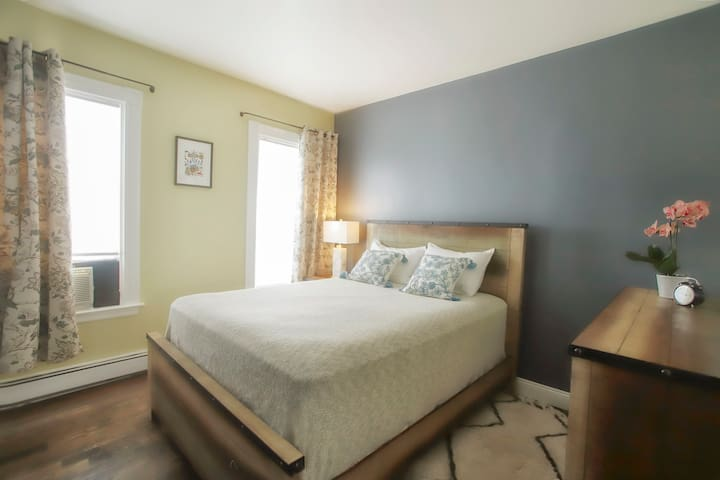 Beautiful, Clean Room close to Train and Downtown