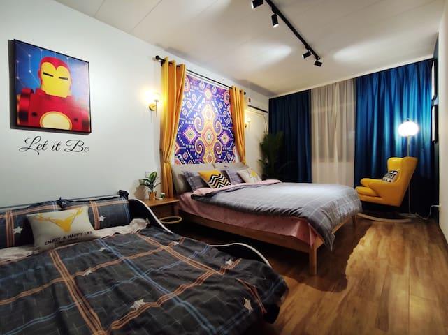 二楼东南家庭房一张1.8米大床一张1.2米儿童床