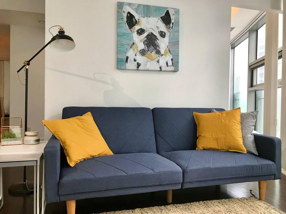 Living Space: Smart TV, Netflix, Sofa bed, City View