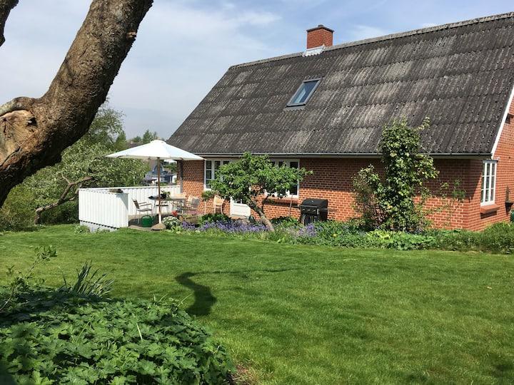 Hyggelig familievilla med lukket have