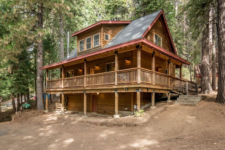 Woodland cabin w/porch, fireplace & soaking tub -walk to the lake