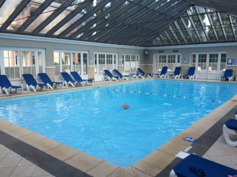 piscine chauffée à l'intérieur d'une verrière