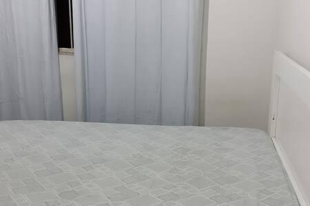 Quarto com cama de casal próximo à Unimed VR