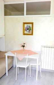 Casetta tranquilla con giardino, fiori e confort