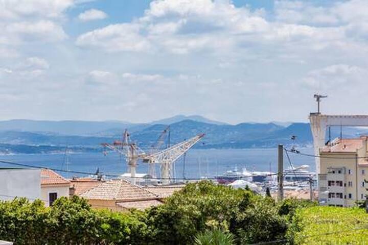 Villa avec terrasse et jardin  proche mer et port
